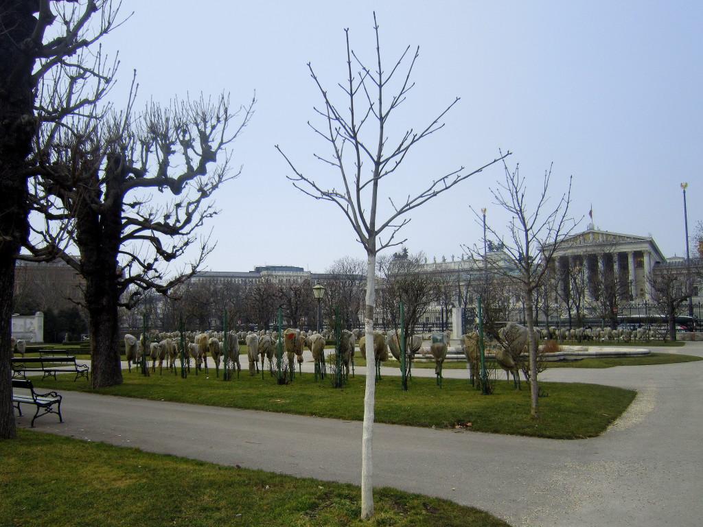 Abb.: Justizpalast aus der Ferne (links neben dem Parlament) - Aufgenommen im Volksgarten.