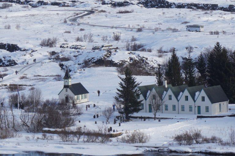 Blick vom Lögberg auf die Þingvallakirkja | © Anett Ring, stadtsatz.de