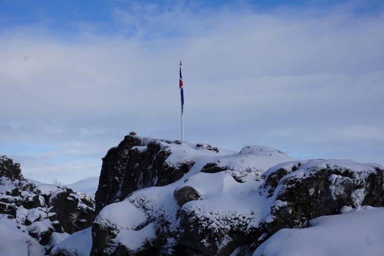 Lögberg mit der isländischen Flagge | © Anett Ring, stadtsatz.de